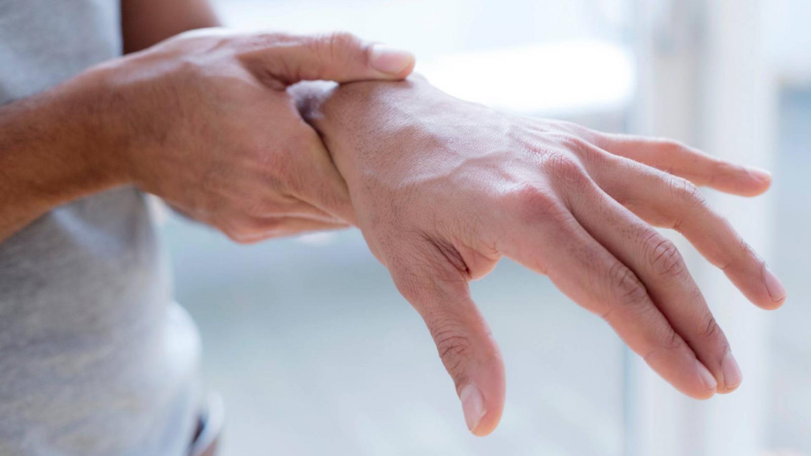 ízületi fájdalom a kéz emelésekor közös kenőcs német