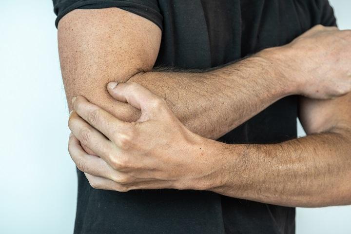 fájdalom okozza a váll és a könyök ízületeit